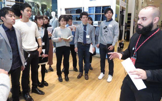 米国にあるユニクロで行ったインターンシップに参加する日本の大学生