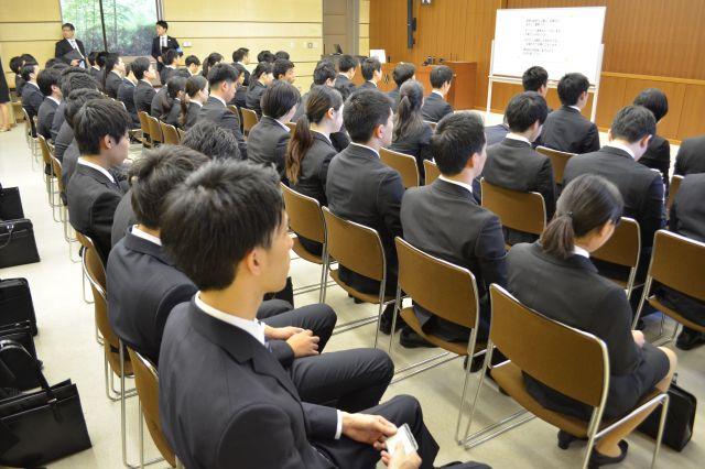 面接を待つ学生