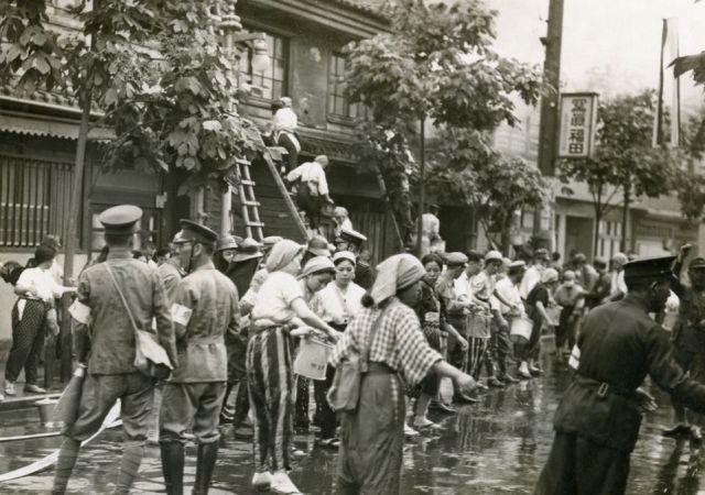 1939年 江戸堀警防団の防空演習訓練。モンペ姿のバケツリレー