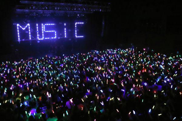 会場は観客が掲げる色とりどりのペンライトで埋め尽くされた=事務所提供