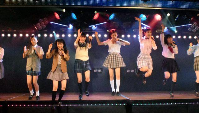 メンバー入りを目指す少女たちも躍動感あふれる踊りと歌を披露する=東京・秋葉原のAKB48劇場、山浦正敬撮影
