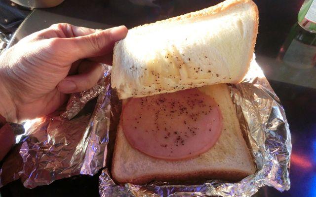 自販機から出てきたハムチーズトースト=野村誠さん提供