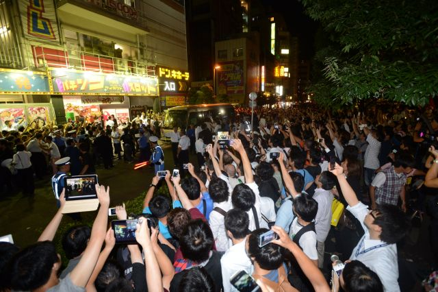 前田敦子さんの卒業公演後、AKB48劇場の前には多くのファンが集まった=2012年8月27日、東京・秋葉原