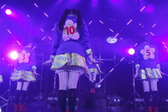 梅の衣装の背中にはメンバーの出席番号が付いている=事務所提供