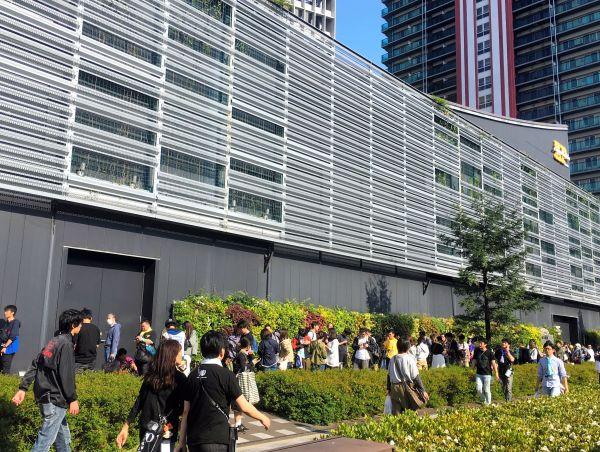 開場前には会場周辺に長い列が出来た=2019年5月2日、大阪市、上山崎雅泰撮影