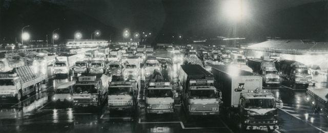 ひと休みのトラックで埋まった深夜のサービスエリア=1983年12月