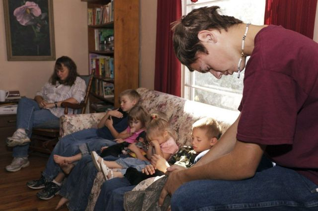 聖書の学びで祈る家族。ホームスクーリングは50年ほど前、保守的なキリスト教徒らが「家で聖書をしっかり学ばせるべきだ」と家庭教育を重視したという経緯がある
