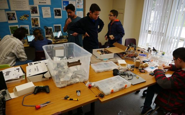 「コンパス・ホームスクール」でロボット製作(ロボティクス)のクラスに取り組む子どもたち。自宅でアイデアを考え、コンパスで仲間と作業に取り組むという=2019年2月、米バージニア州