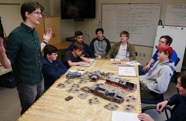 ジオラマを使った「コンパス・ホームスクール」の世界史の授業。ジオラマを使い、独ソ戦争がどのように進んでいったかが解説されていた=2019年2月、米バージニア州