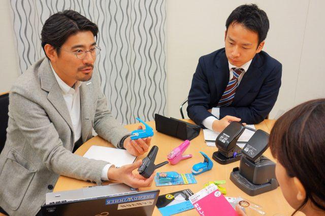 開発を担当したハリナックスプレスなどを手にする長谷川草さん(左)=大阪市東成区大今里南6丁目のコクヨ本社