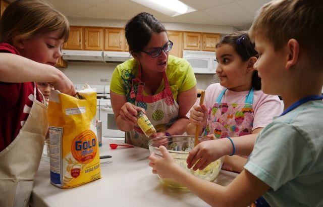 「コンパス・ホームスクール」でのクッキングのクラス。オーブンなどを使った本格的な料理を子どもたちが学ぶ=2019年2月、米バージニア州