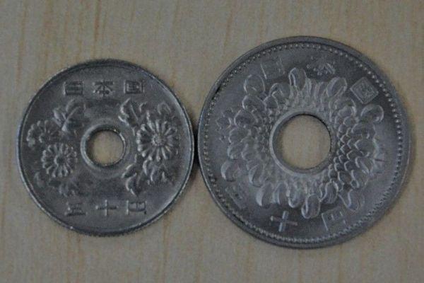 今の50円玉(左)と昔の50円玉の菊のデザインが違う