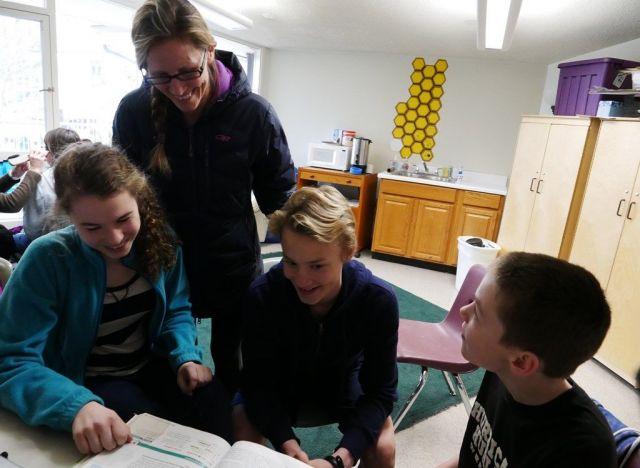 長女のアルドリンさん(左)に、生物学についての話をきくクリスティンさん(左から2番目)一家。「3人とも別の形でホームスクーリングをした」とクリスティンさん=2019年2月、米バージニア州