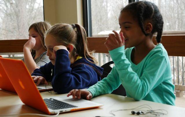 「コンパス・ホームスクール」でのプログラミングのクラス。子どもたちがMac Bookを広げ、静かに取り組んでいた=2019年2月、米バージニア州