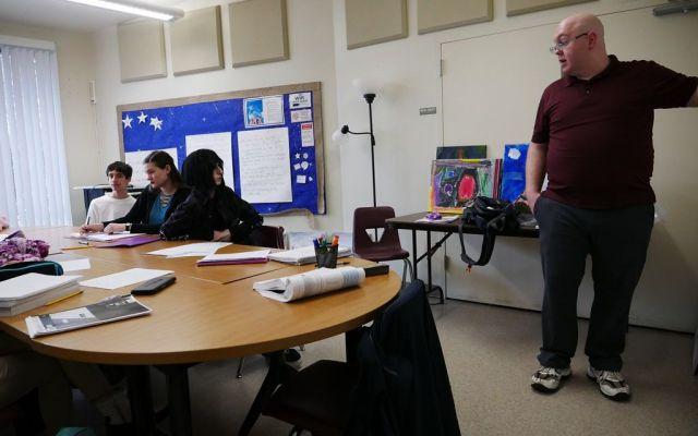 「コンパス・ホームスクール」で子どもたちに教えるのは、元教師もいるが、地域の物知り、音楽家まで様々だ=2019年2月、米バージニア州