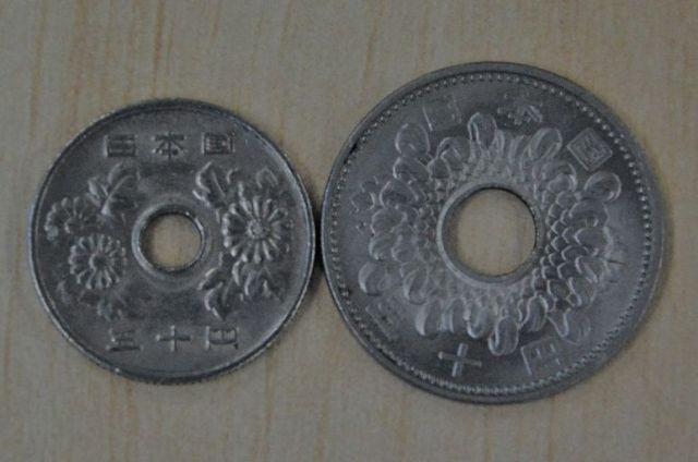 菊のデザインが違う50円玉