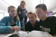 一緒に勉強するクリスティン・ヤシュコさん(左から2番目)と長女のアルドリンさん(左)、長男のウォーカー君(右から2番目)、キース君=2019年2月、米バージニア州