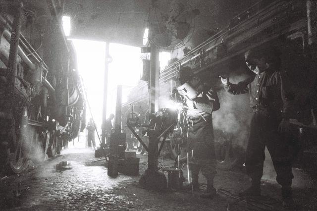 車庫内で蒸気機関車を整備する、旧国鉄の職員たち(1961年撮影)