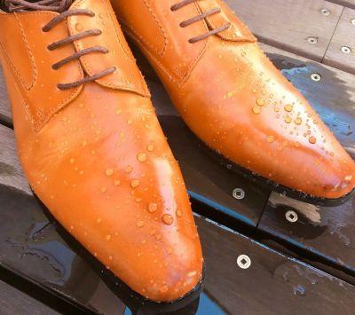 防水スプレー後に水をかけた革靴
