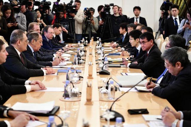 1回目の平和条約締結交渉に臨むロシアのラブロフ外相(左手前から3人目)と河野太郎外相(右手前から3人目)=2019年1月14日、モスクワ、石橋亮介撮影