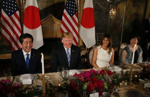 夕食会に臨む(左から)安倍晋三首相、トランプ米大統領、メラニア夫人、昭恵夫人=2018年4月、米フロリダ州パームビーチの「マール・ア・ラーゴ」、岩下毅撮影