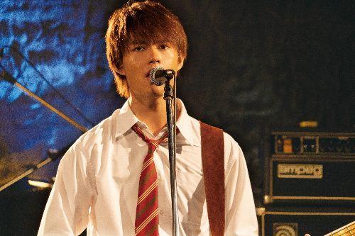 バンドのボーカル真栄城亮多役の佐野勇斗さん(c)2019「小さな恋のうた」製作委員会