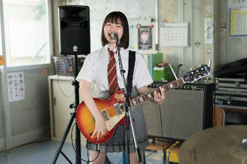 バンドのギター譜久村舞を演じる山田杏奈さん(c)2019「小さな恋のうた」製作委員会
