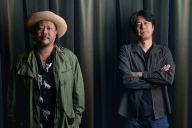 MONGOL800の上江洌清作さん(左)と、映画「小さな恋のうた」脚本家の平田研也さん=門間新弥撮影