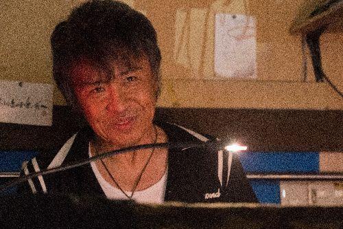 ライブハウスのオーナー根間敏弘役の世良公則さん(c)2019「小さな恋のうた」製作委員会