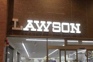 LAWSONの「L」だけ消灯、理由はツバメの巣 「無事巣立ってほしい」