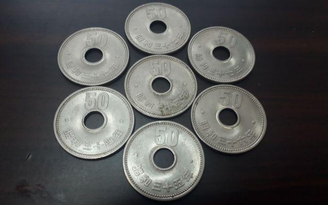 記者の持っている旧50円玉。トライポフォビア(集合体恐怖症)の記者には少しゾワっとする写真