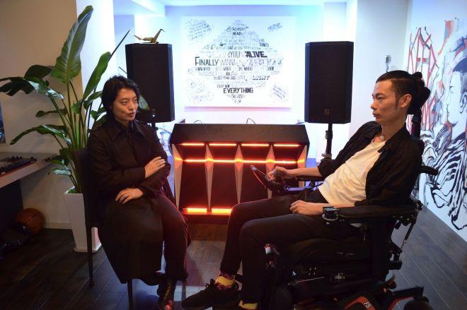 (左)ロボット研究者の吉藤オリィさん、(右)一般社団法人『WITH ALS』代表でALS患者の武藤将胤(まさたね)さん。都内の武藤さんのオフィスで。=朽木誠一郎撮影