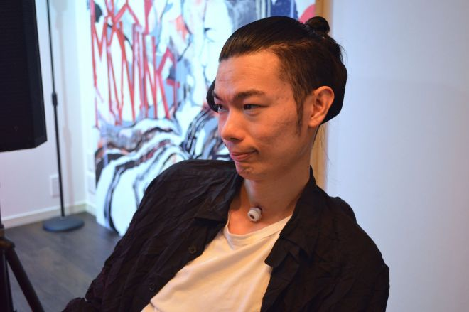武藤将胤さん。1986年にLAで生まれ、東京で育つ。博報堂/博報堂DYメディアパートナーズでコミュニケーション・マーケティングプラン立案や新規事業・コンテンツ開発に従事、2013年に難病ALSを発症、2014年に宣告される。現在はALSと闘病しながら一般社団法人『WITH ALS』の代表を務め、当事者として情報発信している。また、「EYE VDJ」として目の動きだけでDJ/VJをプレイし、国内外の音楽フェスやイベントに出演。