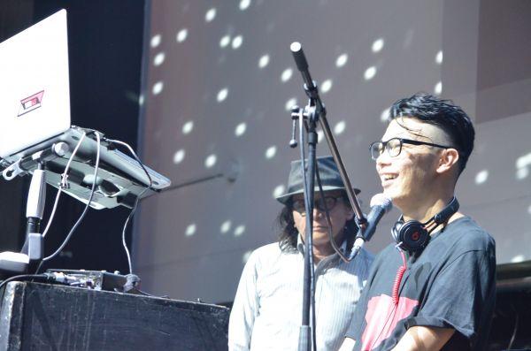 音楽イベントで次世代メガネを使ったDJを披露する武藤将胤さん