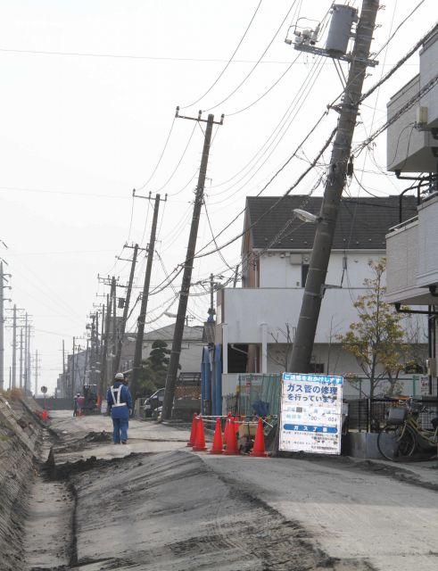 2011年3月の東日本大震災で埋め立て地の液状化が起きた当初の、千葉県浦安市の住宅街。道路が波打ち、上下水道とガスが止まった