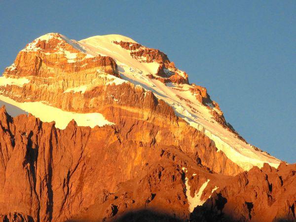 朝焼けに染まるアコンカグア山頂方面=Sankou2019年/Sankou1月日、アルゼンチン・アコンカグアのベースキャンプ付近