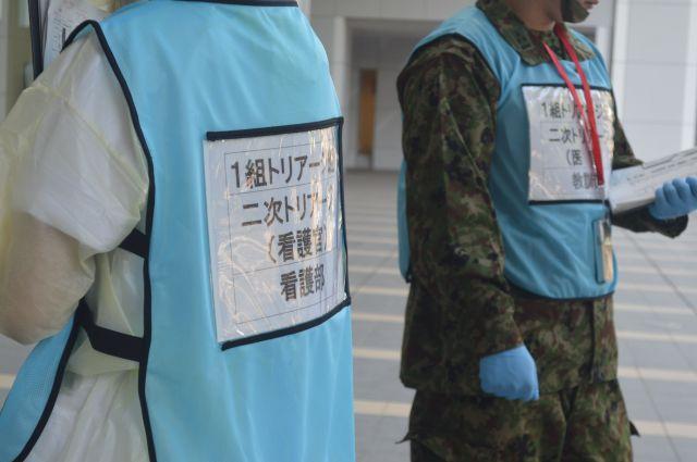 自衛隊中央病院で行われた首都直下地震対応訓練で、1階ロビーへ次々を運ばれるけが人を治療の優先度に応じて仕分けるトリアージを担当する人たち