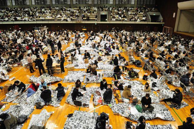 東日本大震災が起きた2011年3月11日、東京都渋谷区では青山学院大学の体育館が帰宅困難者に避難所として提供され、防寒シートや飲料水、乾パンなどが配られた