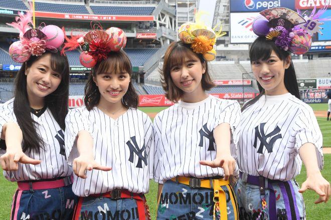 ヤンキースタジアムで「Z」のポーズを決めるももいろクローバーZの4人