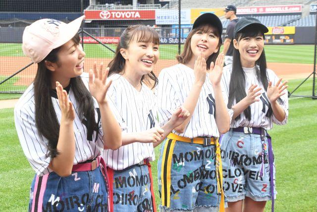 球場内に田中投手の登場曲が流れ、歌詞を口ずさむメンバー