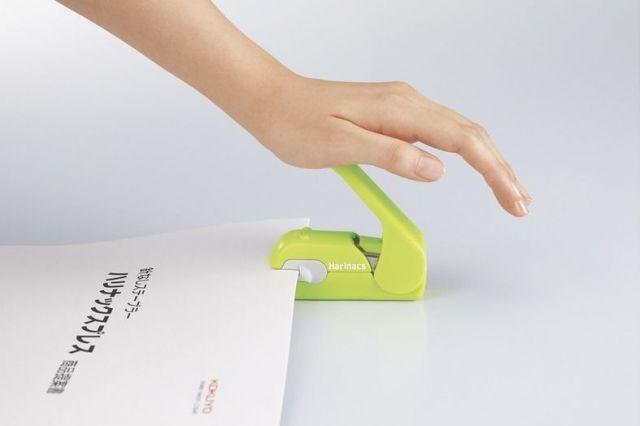 金属の歯で紙を押しつぶして圧着させるハリナックスプレス=コクヨ提供