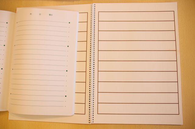画面右側が、ロービジョンの人向けに販売されているノート。左側のKIMINOTEと比べ、サイズが一回り大きい。