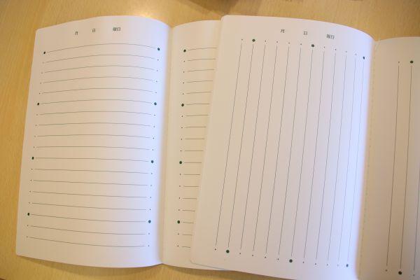 縦書き・横書きのノート。書きやすいよう、5行おきに、罫線の起点・終点部分が黒丸で強調されている。