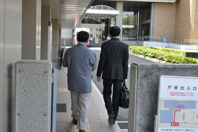 さいたま地方裁判所の法廷に向かう田中まさおさん(画面左)。裁判がある日、勤務先の小学校では休暇を取っているという=2019年5月17日、さいたま市、牧内昇平撮影