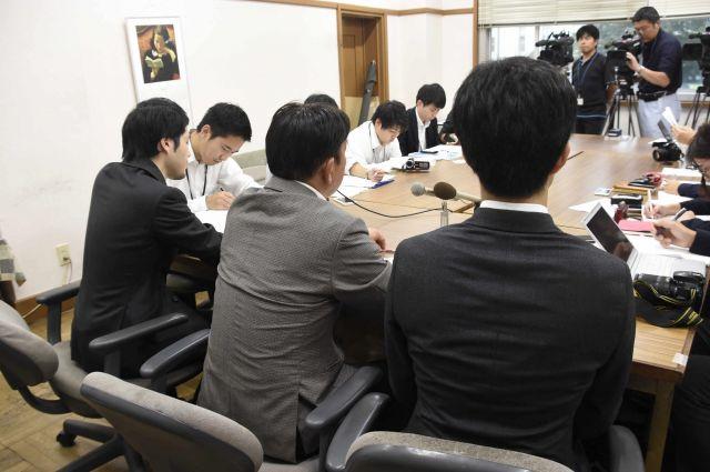 提訴時に記者会見を行う田中まさおさん(手前中央)。このときも、教員の労働現場について熱く語った=2018年9月25日、さいたま市、笠原真撮影