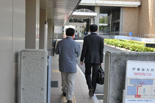 代理人の弁護士と法廷に向かう田中まさおさん(手前左)。大勢の人の前で話すのはお手のもの。法廷でも堂々と自分の意見を述べている=2019年5月17日、さいたま市、牧内昇平撮影
