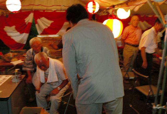 2005年8月に小泉純一郎首相が解散に踏み切る2日前、「風」を感じて地元の夏祭りであいさつ回りをする衆院議員=東京都八王子市