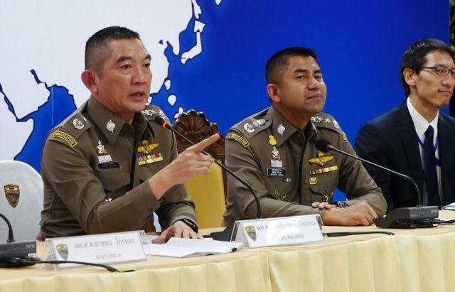 日本人グループを逮捕し、会見するタイ警察幹部ら。海外の振り込め詐欺拠点が摘発されるのは珍しい。「タイ警察に感謝」と日本警察関係者は声をそろえた=2019年4月、バンコク