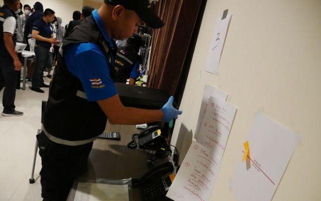 記者の目の前で証拠をあれやこれやするタイの警察官。日本では考えられない大胆さだ=2019年3月、パタヤ