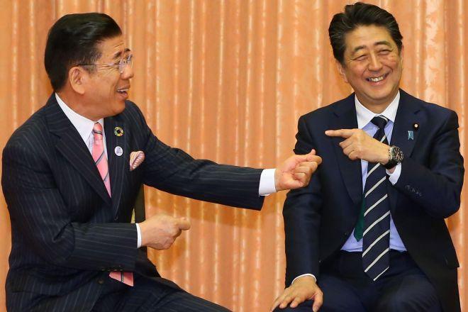 吉本新喜劇メンバーの表敬訪問を受ける安倍晋三首相(右)。「衆参同日あんのかい」という西川きよしさん(左)のつっこみには苦笑した=6月6日、首相官邸